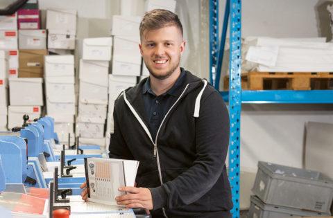 «Mein Beruf gefällt mir, weil ich nach meiner Arbeit das fertige Druckprodukt  in den Händen halten kann.», Alessandro Vogler (Printmedienverarbeiter im 3. Lehrjahr)